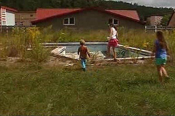 Kúpalisko na Bielej vode chátra. Samospráva ho chce obnoviť.