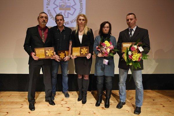 Zľava ocenení záchranári Jozef Minár, Peter Riška, Katarína Lakomčíková (za otca Róberta), Paula Timková (za manžela Daibora) a Pavol Javorský (za brata Karola) pózujú s oceneniami.