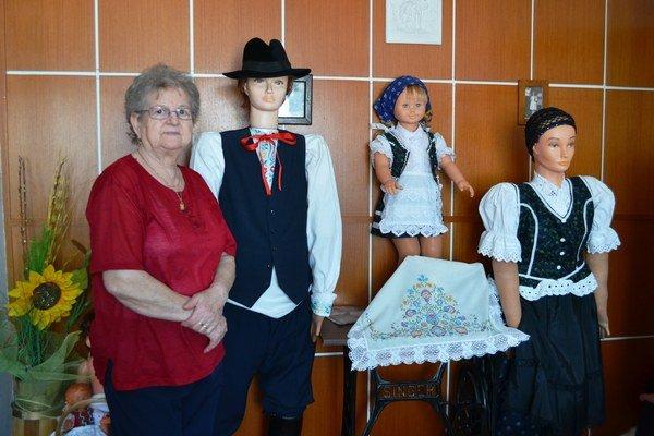 Pani Marta Vallušová, dôchodkyňa zHranovnice. Jej hostí vobývacej izbe vítajú postavičky veľkosti človeka oblečené do krojov, ktoré si sama ušila.