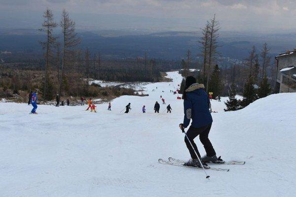 Na veľkonočnú nedeľu sa lyžovalo aj v stredisku Tatranské Lomnica vo Vysokých Tatrách.