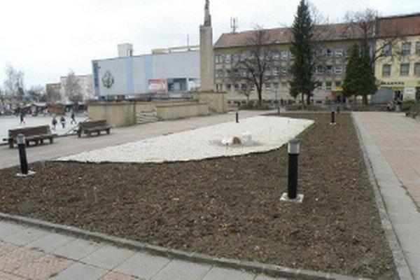 Kvetinový záhon v centre Prievidze poškodili deti pri hre.