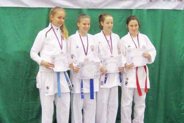 Majsterka Európy. Petra Píchová (druhá zľava) triumfovala.
