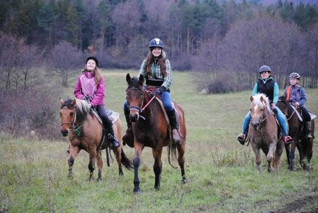 Deti si tábor s koňmi pochvaľujú.