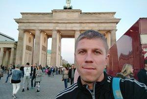 Ivan Benča v Berlíne, v pozadí Brandenburská brána, popod ktorú maratónci bežia asi dvesto metrov pred cieľom.