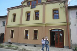 Zverenci Domu na polceste vo Veľkom Slavkove pred zrekonštruovanou budovou.