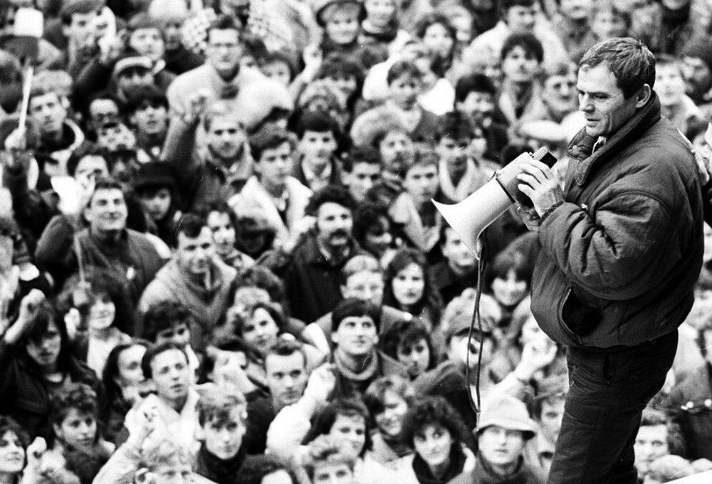 Desaťtisíce Bratislavčanov sa 27. novembra 1989 v popoludňajších hodinách zišli na mohutnej manifestácii na Námestí SNP.