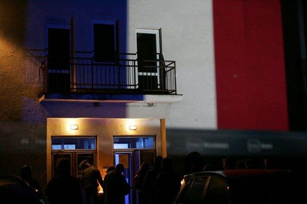 Aj sobotná vernisáž výstavy Psota na Slovensku v divadle Pôtoň v Bátovciach dostala farby francúzskej trikolóry.