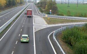 Zvýšeniu rýchlosti na štvorprúdovke bránia aj nedostatočné pripájacie a odbočovacie pruhy.