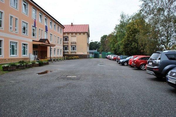 Parkovisko pred školou Francisciho. Je veľké, avšak vyhradené pre zamestnancov.