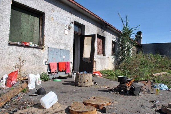 Takto to vyzerá na koľaji. Bezdomovci práve varili obed.