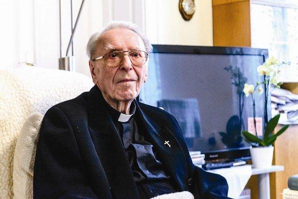 Predseda Správnej rady ÚPN Ondrej Krajňák pri príležitosti 25. výročia Sviečkovej manifestácie v roku 2013 udelil kardinálovi Korcovi mimoriadnu cenu ÚPN za zásluhy o zachovanie pamäti národa.