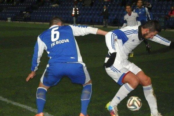 Róbert Ujčík (vpravo). Proti Moldave strelil úvodný gól.
