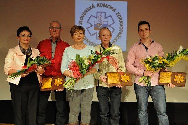 Zľava Alena Koščáková, Pavol Dovjak, Libuša Blaščáková, Tomáš Bašta a syn Maroš za Martu Pavúkovú ocenenú im memoriam.