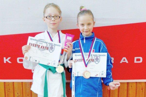 Medailistky. Zľava: Barbora Glatzová a Ema Zacharová.