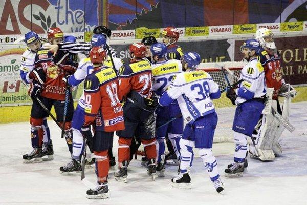 Bitka pred zvolenskou bránkou počas druhého zápasu Slovnaft play-off Tipsport extraligy medzi HKM Zvolen a HK Poprad.