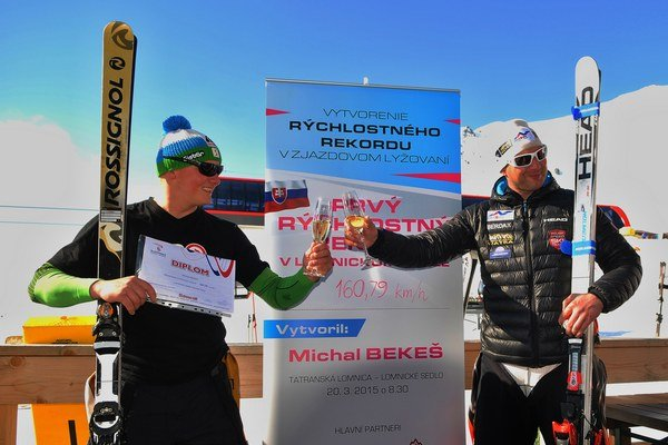 Michal Bekes (vľavo) a poľský lyžiar Dariusz Duda oslavujú ustanovujúci rekord.