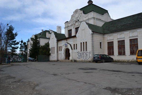 Budova stanice. Je krásna, historická, no zničená.