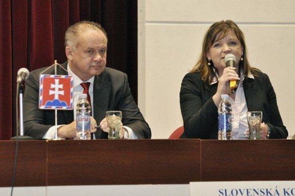 Prezident SR Andrej Kiska a prezidentka Slovenskej komory sestier a pôrodných asistentiek Iveta Lazorová počas snemu Slovenskej komory sestier a pôrodných asistentiek.