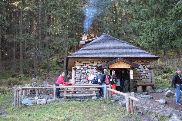 K Rainerovej chate sa dá bez problémov dostať po chodníku okolo Bilíkovej chaty.