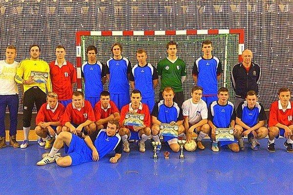 Víťazi a porazení. Prvenstvo medzi stredoškolákmi obhájila SOŠ technická (v modrom).