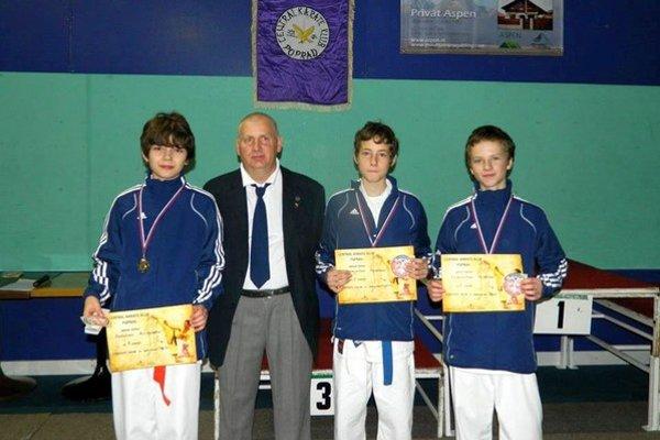 Turnaj talentov v karate. Úspešní mladí karatisti a ich tréner Ivan Kuco.
