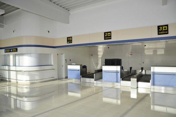 Nový terminál. Aj týždeň po slávnostnom otvorení je pre cestujúcich neprístupný.