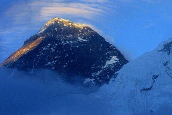 Mount Everest. Peter Hámor na ňom stál už v roku 1998, pri výstupe však použil umelý kyslík. Teraz plánuje novú cestu, bez umelého kyslíka.