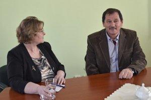 Ombudsmanka Jana Dubovcová počas návštevy Obecného úradu v Huncovciach a starosta obce Jozef Majerčák.