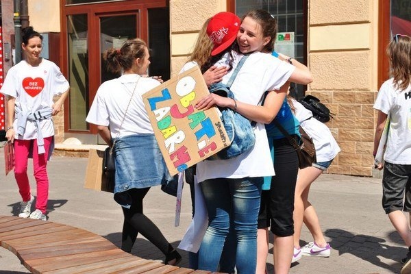 Objímanie v popradských uliciach.