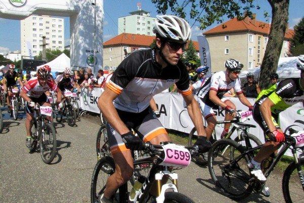 Po výstrele. Štart je podľa cyklistov jeden z najlepších momentov pretekov.