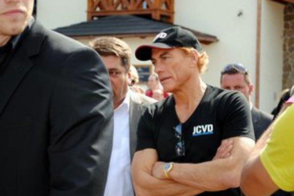 Slávny herec Jean-Claude van Damme pritiahol do obce Hniezdne v okrese Stará Ľubovňa tisíce zvedavcov.