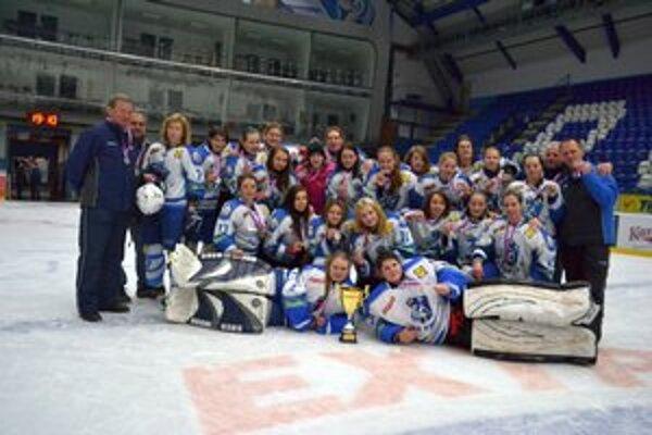 Úspešná sezóna. Popradské hokejistky skončili strieborné.