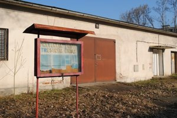 Chátrajúce objekty. Sklady aj garáže sú už roky prázdne.