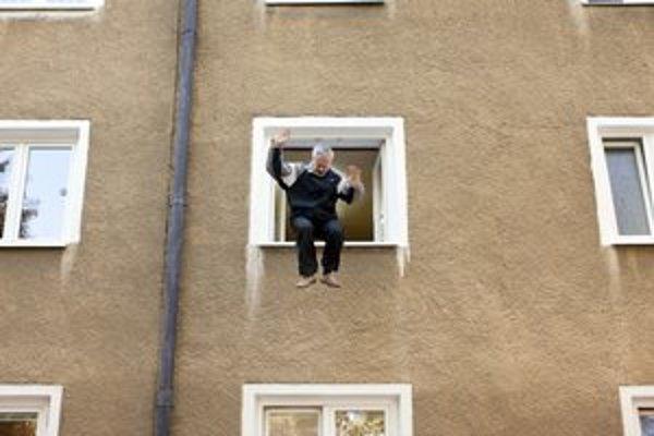 Skok z okna. Vo filme nechýbajú dramatické momenty.