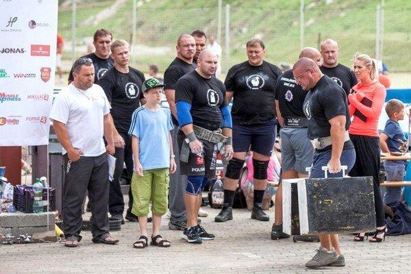 Najväčší silák. Víťaz súťaže Strongman, Jozka Tomasevski z Poľska.