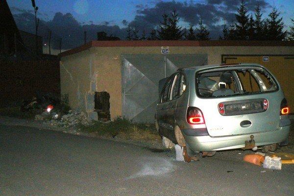 Recesia alebo zlý vtip? Vrak auta strašil pred bránou do poškodenej garáže.