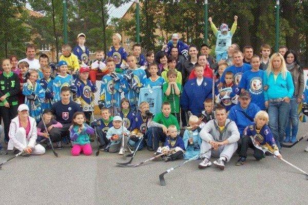 Účastníci prímestského hokejbalového tábora MHbK CTM Worms Kežmarok.