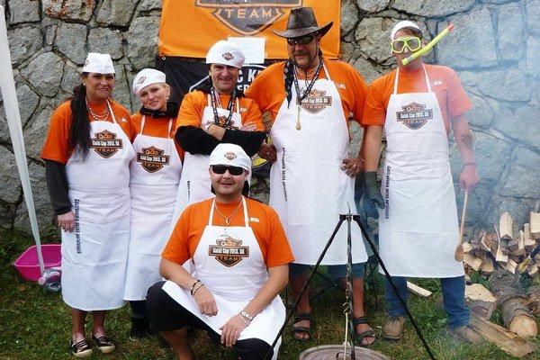 Ozzo Team. Strejda Ozzy (v klobúku) sa s priateľmi prípravou gulášu dobre bavili.