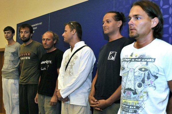 Šiesti z ôsmich zadržiavaných slovenských paraglajdistov po návrate z Iránu.