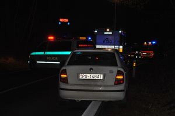 Uzavretá cesta. Policajti uzavreli cestu na dve hodiny.