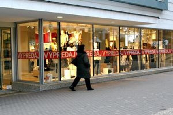 Obchody pred Vianocami. Lákajú zákazníkov na rôzne výpredaje.