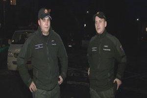 Policajti záchrancovia. Marek Kasenčák a Ľubomír Hricko doráňané zviera vylovili z ľadovej rieky Poprad a odviezli ho na kliniku.