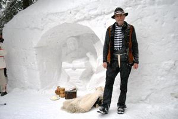 Snehový betlehem a jeho autor. Peter Petras sa naučil vytvoriť sochy zo snehu od svojho brata.