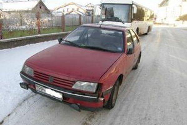 Vodič osobného auta šiel za autobusom a na zastávke v Spišskom Bystrom ho dolapil a zavolal policajtov.