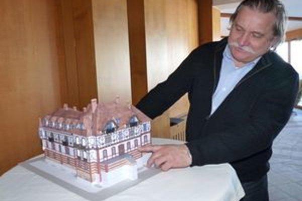 Oto Jalčovik, autor výstavy pôvodnej tatranskej architektúry, s nedokončeným modelom Csákyho domu v Starom Smokovci.