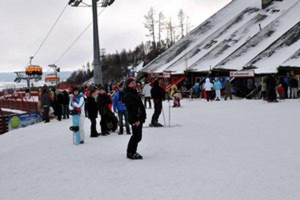 Turistov je v Tatranskej Lomnici plno. Domácich Tatrancov už ale pomenej.