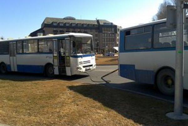 V strede križovatky dva autobusy zablokovali premávku.