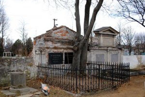 V dezolátnom stave. Nie všetky hroby s náhrobníkmi sú udržiavané.