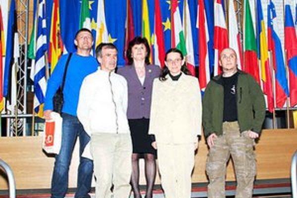 Maratónci v Štrasburgu. Zľava: Adrián Dovala, František Gallik, Danica Božová, František Svatoň. Uprostred europoslankyňa Monika Smolková.
