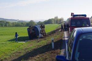 Nehoda sa stala pred šiestou ráno.Na nehodovom úseku cesty dostal vodič peugeotu šmyk a narazil do autobusu.